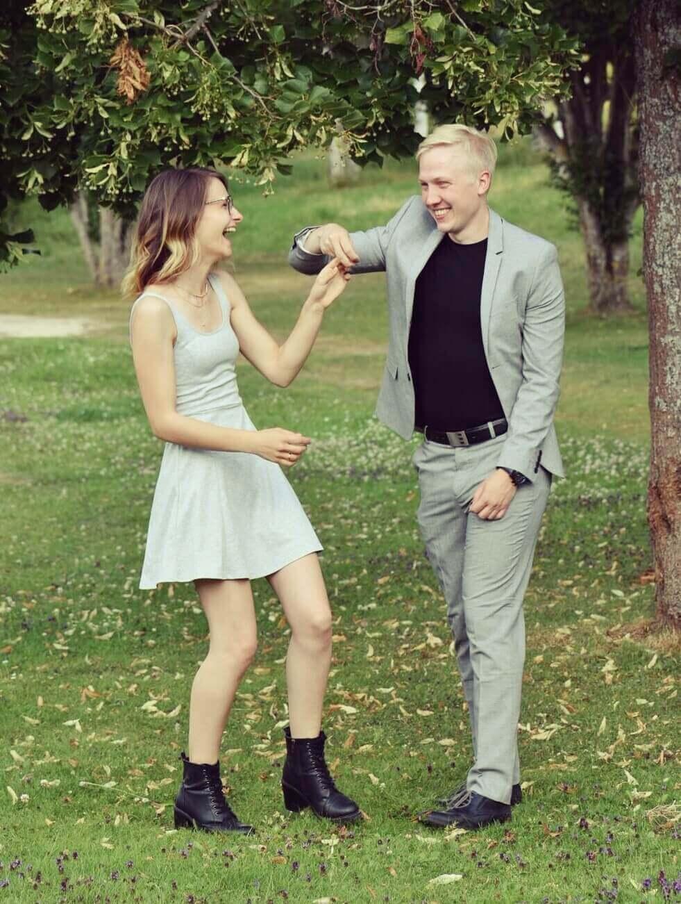 Bild beschreibt die Freude am Leben, die man als Ehepaar haben kann