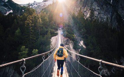 Mann rennt über Brücke in die Freiheit ohne Stress durch heartups.de Beziehungstipps