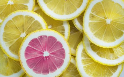 Eingefärbte Zitrone vor lauter gelben Zitronen zeigt die Individualität für guten Sex