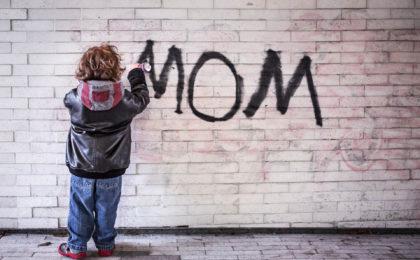 """Kind schreibt mit Graffiti """"Mama"""" auf Wand und drückt damit Schrei nach Liebe aus"""