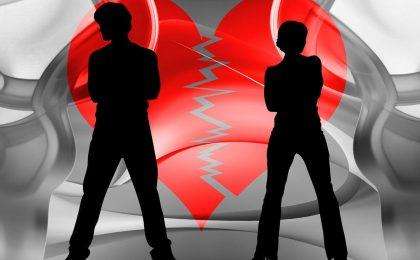 Gesunde Streitkultur zwei Menschen vor zerbrochenem Herz ohne Beziehungstipps