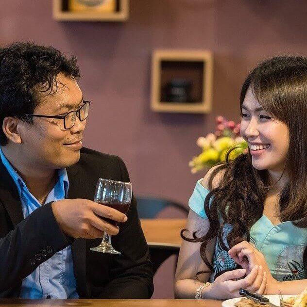 Asiatisches Paar führt humorvolle Kommunikation