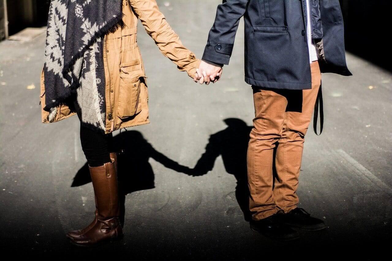 Händchen halten, Liebe und Respekt erlernen - Symbolbild