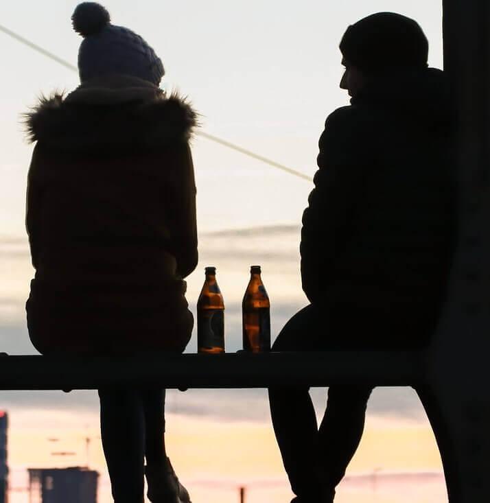 Paar sitzt im Freien und redet miteinander
